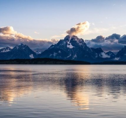 7 of the Best Lakes in Wyoming Filled with Natural Wonder
